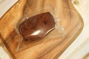 小さな生チョコショコラケーキを袋に入れる