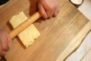 折ったパイを麺棒で押す