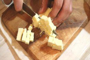 バターをカットする