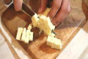 バターを約1㎝に角切りにする