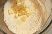 粉に角切りにしたバターを加える
