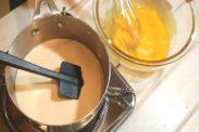 卵黄とグラニュ―糖を混ぜ合わす