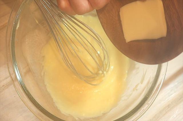 カスタードクリームにバターを加える