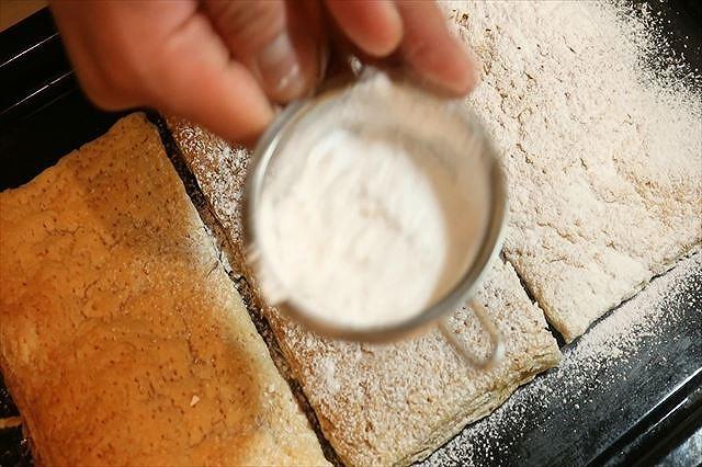 パイ生地に粉糖をふりかける