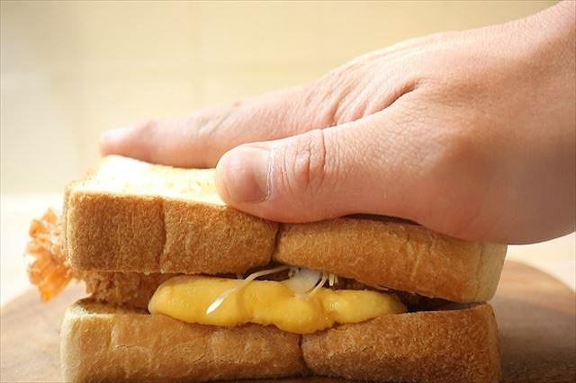 サンドイッチを上から押す