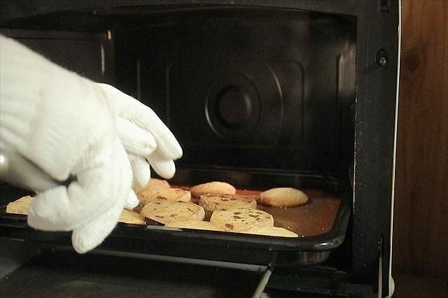 焼けたクッキーを取り出す