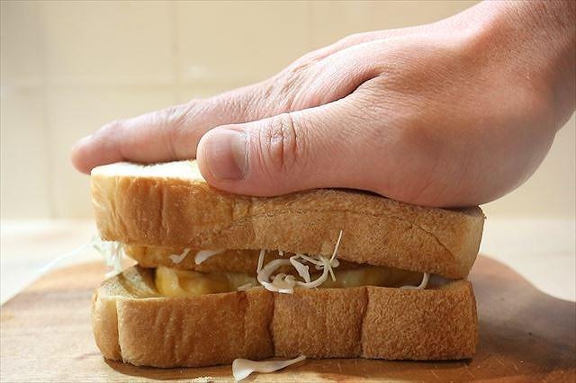サンドイッチを押す