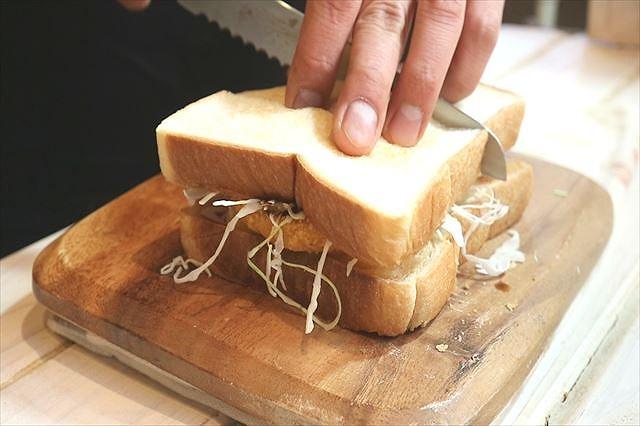 サンドイッチをカットする