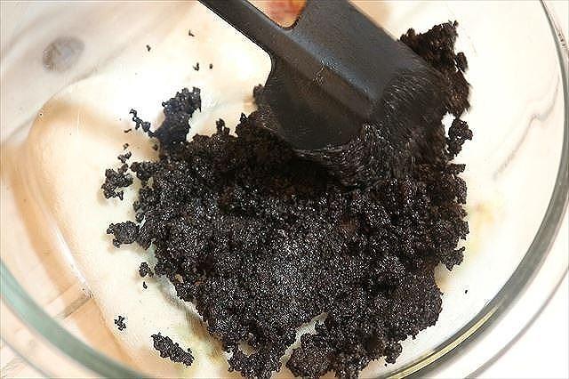 オレオと溶かしバターを混ぜ合わせる