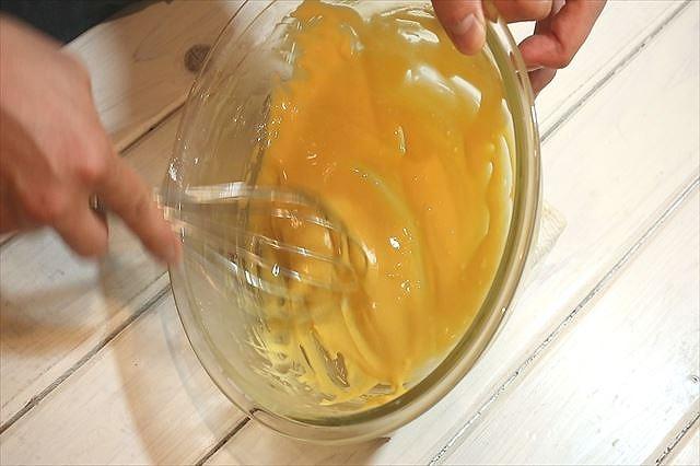 卵黄を白っぽくなるまで泡立てる