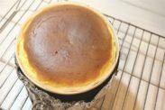 焼きあがったベイクドチーズケーキを冷ます