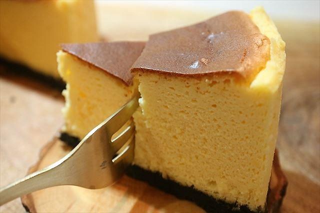 天使の口どけベイクドチーズケーキを食べる
