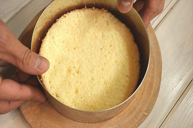 スポンジケーキにセルクルをセットする