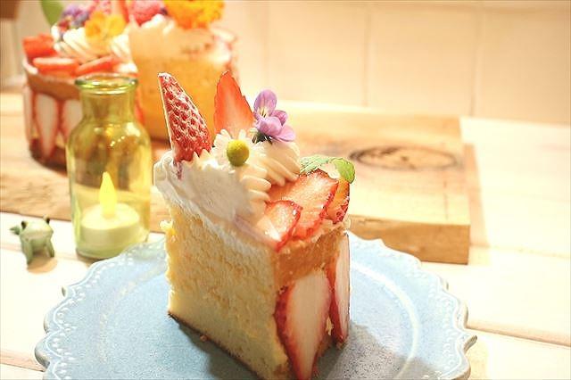 フラワリーフレジエケーキをカット