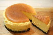 カットしたニューヨークチーズケーキ