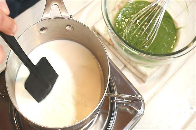 牛乳、生クリームを加熱する