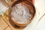 薄力粉と純ココアパウダーを混ぜ合わせる