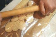 グラハムクッキーを麺棒で潰す
