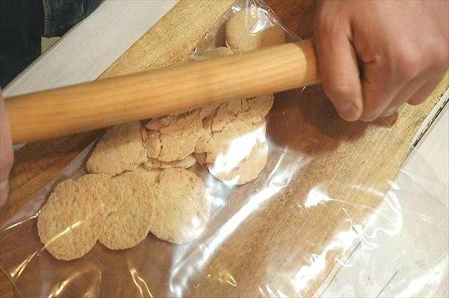 グラハムクッキーを潰す