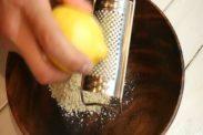 レモンの皮をすりおろす