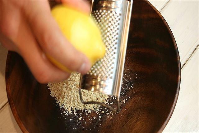 レモンの皮をすりおろし加える