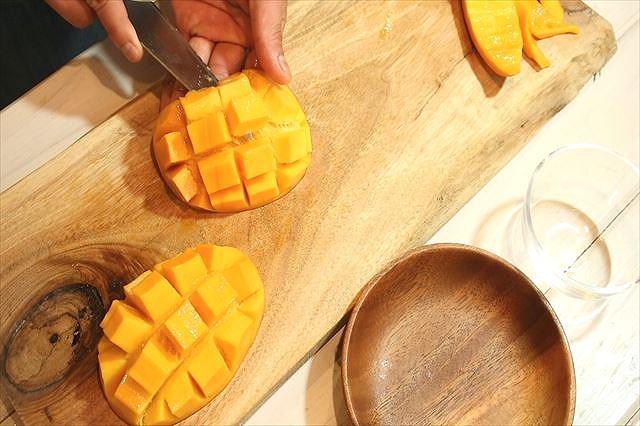 マンゴーの果肉をカットする