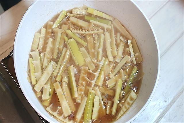 麻竹を炒め煮する