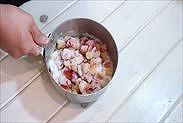 プラムの果肉にグラニュー糖を絡める