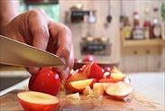 プラムの果肉と種をわける