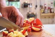 プラムの果肉を1㎝にざく切りにする