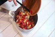 プラムの果肉の重さを量る