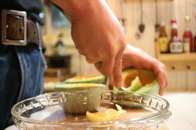 プリンスメロンの果肉をくり抜く