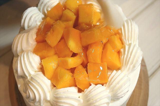 マンゴーをのせナパージュを塗る