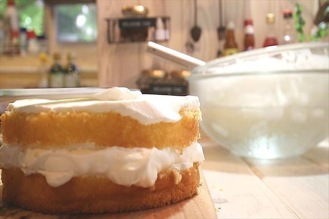 2枚目のスポンジケーキにクリームを塗る
