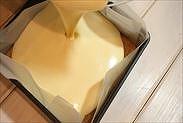 準備した型にチーズケーキ生地を流し入れる