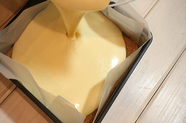 型にチーズケーキ生地を流す