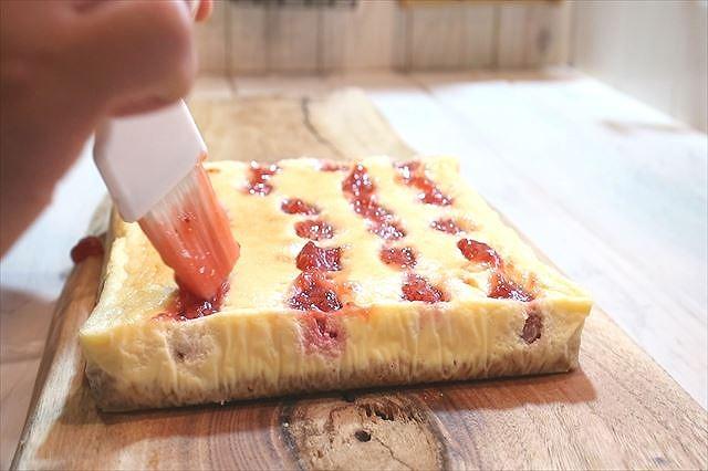 苺ジャムを塗る
