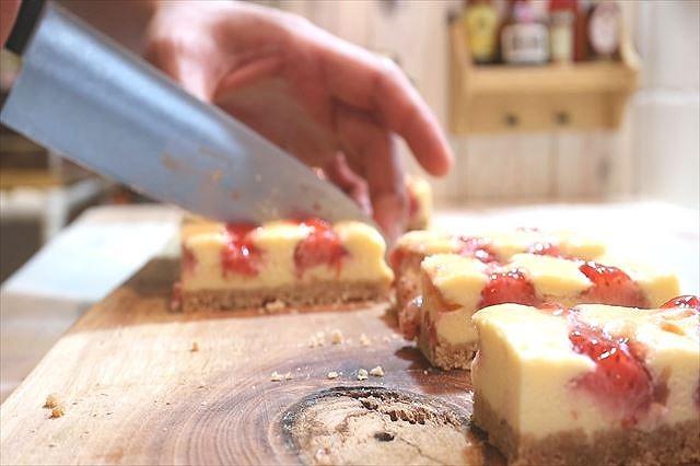苺のニューヨークチーズケーキをカットする