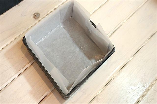 焼き型に焼き紙をセットする