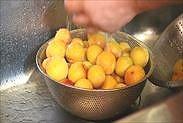 梅をサッと洗う