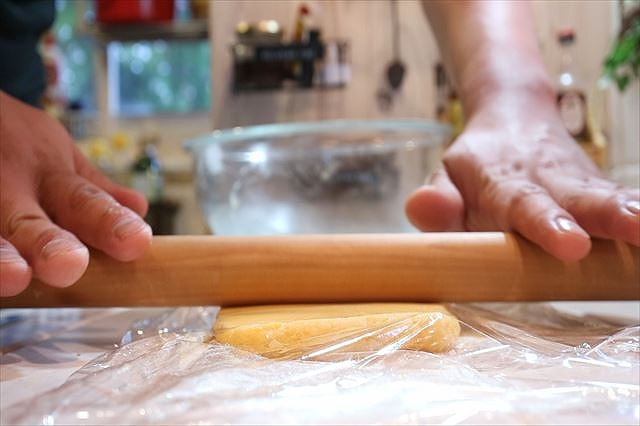 生地を麺棒で成型する