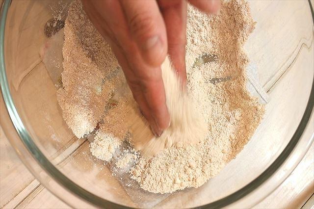 はったい粉と粉糖とアーモンドパウダーを混ぜ合わせる