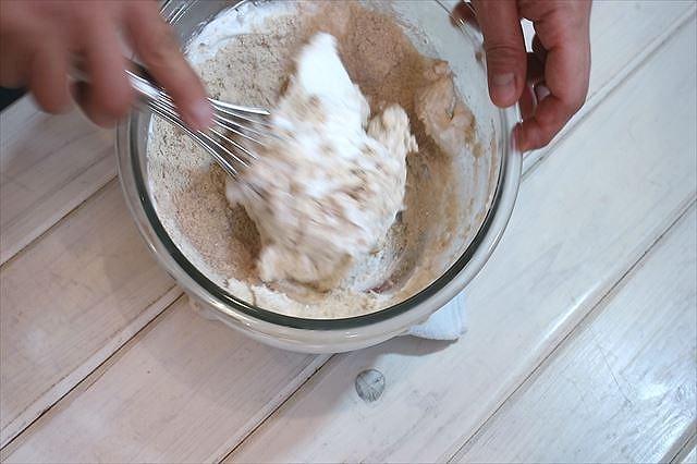 メレンゲに粉類を加えホイッパーで混ぜ合わせる