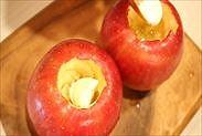 りんごに材料を詰める