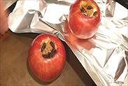 りんごをアルミホイルの上に置く