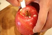 りんごに切り込みを入れる