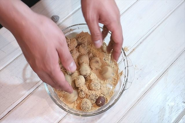 きびだんごにきな粉砂糖を絡める