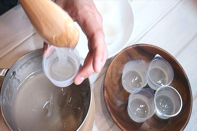 水まんじゅうをカップに1/3入れる