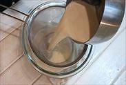 豆乳プリン液を濾す