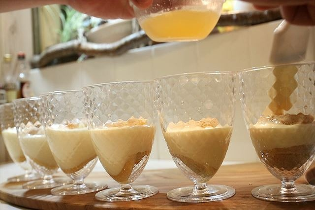 2枚目のビスキュイ生地を入れメロン果汁を塗る